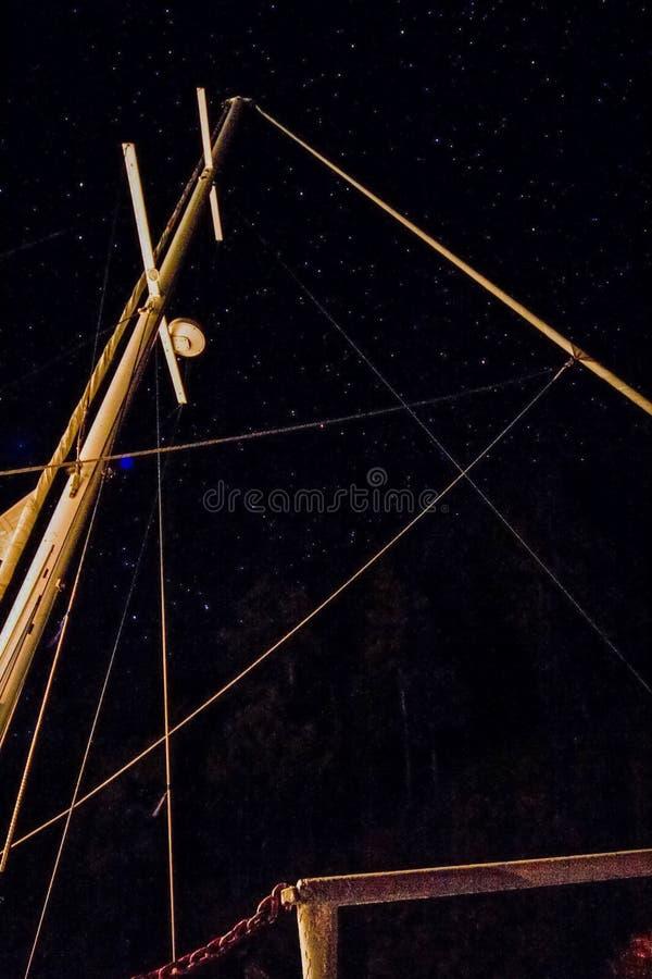 masten av en yacht utan seglar på natten fotografering för bildbyråer