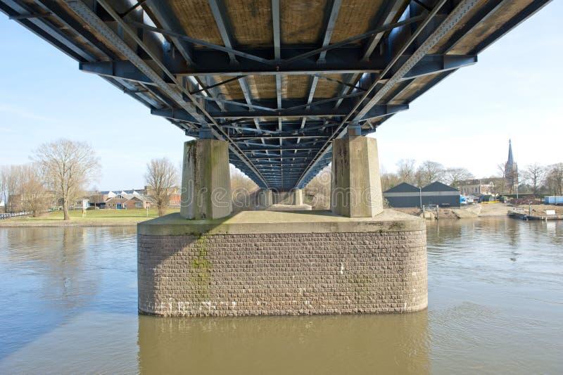 Masten der Straßenbrücke über Fluss stockbilder