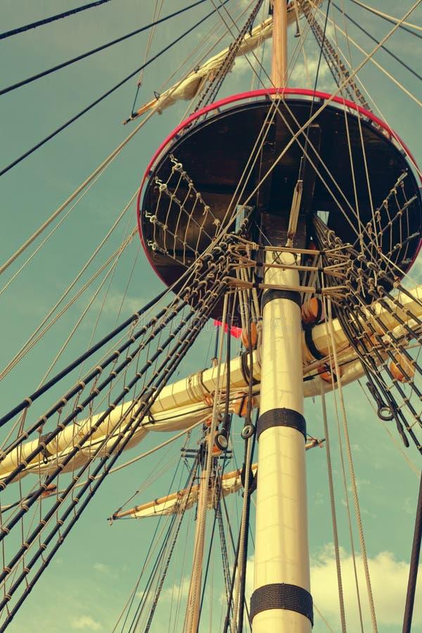 Masten en optuigen van een oude houten zeilboot Detailsdek van het schip stock afbeeldingen