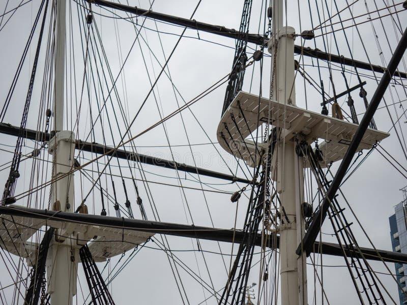 Master och omslag av ett historiskt klassiskt fregattskepp som rymmer riggning och repet för att segla royaltyfria bilder