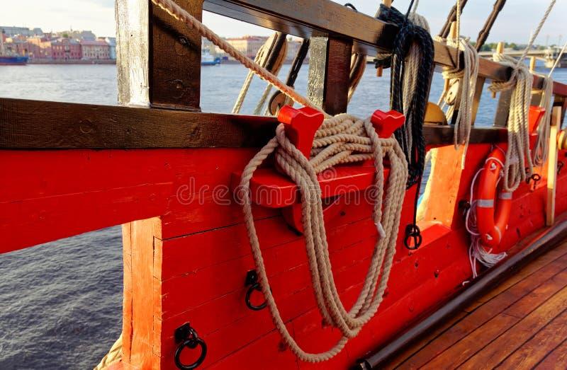Master och riggning av en gammal träsegelbåt Detaljd?ck av skeppet royaltyfri bild