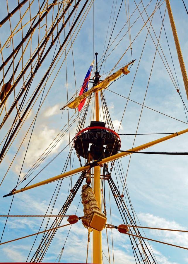 Master och riggning av en gammal träsegelbåt Detaljd?ck av skeppet arkivbilder