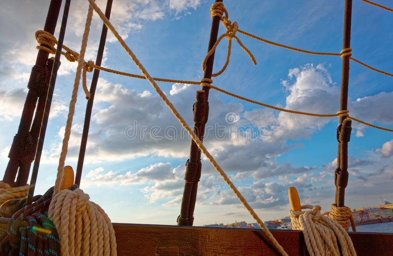 Master och riggning av en gammal träsegelbåt Detaljd?ck av skeppet royaltyfria foton