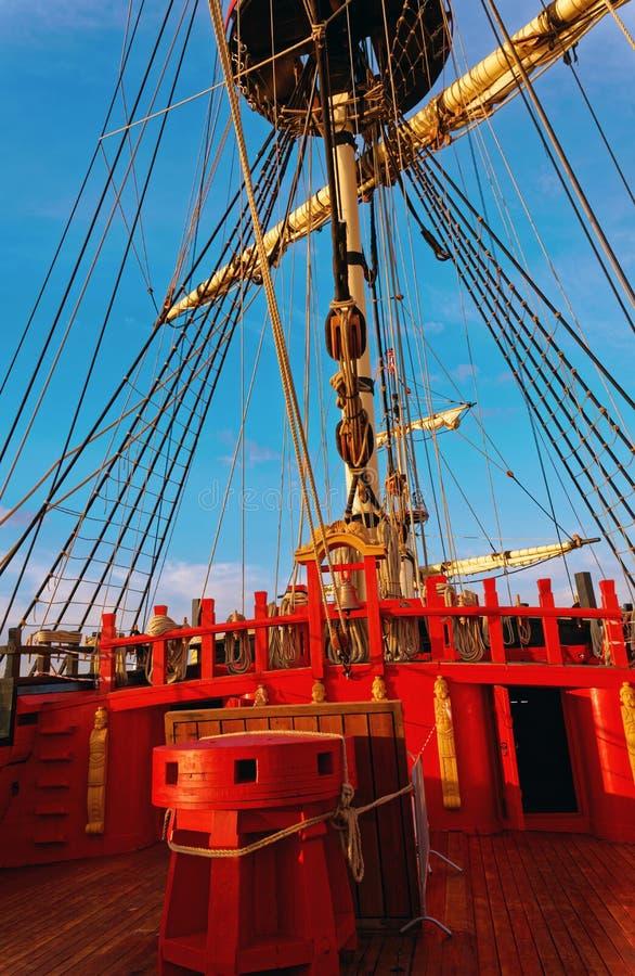 Master och riggning av en gammal träsegelbåt Detaljd?ck av skeppet arkivfoto