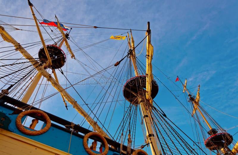 Master och riggning av en gammal träsegelbåt Detaljd?ck av skeppet royaltyfri fotografi
