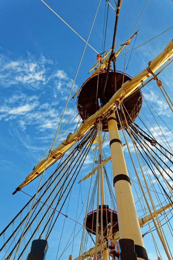 Master och riggning av en gammal träsegelbåt Detaljd?ck av skeppet arkivbild