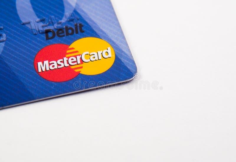 Mastercard-debetkaart op witte achtergrond wordt ge?soleerd die royalty-vrije stock afbeelding