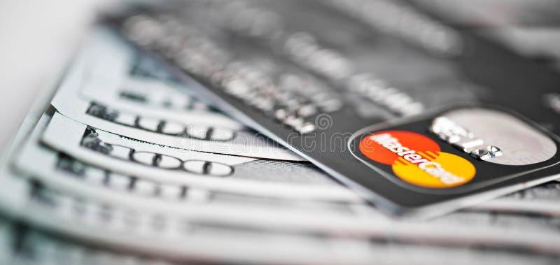 Mastercard karta debetowa Nad Dolarowymi rachunkami zdjęcie stock
