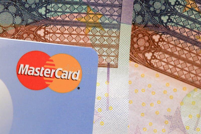 MasterCard-Kreditkarte-Zeichen-Abschluss oben mit Euro-Caash stockbild