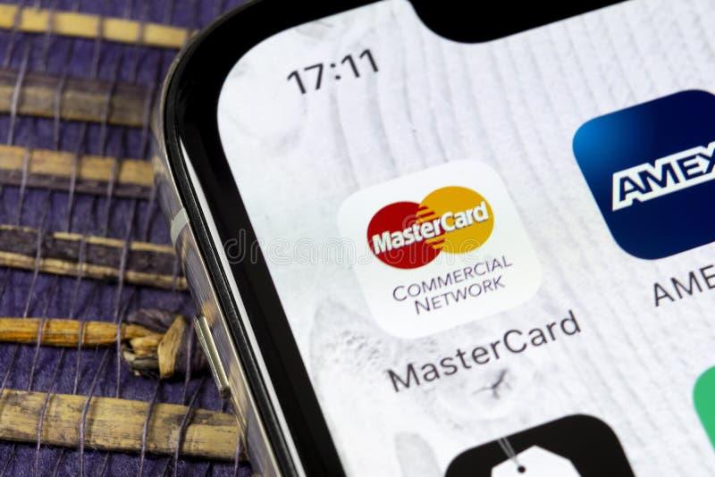 Mastercard-toepassingspictogram op Apple-iPhone X het schermclose-up Master Cardpictogram De online toepassing van Mastercard Soc royalty-vrije stock foto