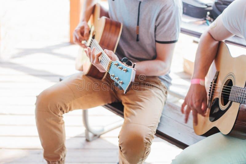 Masterclass che impara giocare la chitarra all'aperto immagini stock