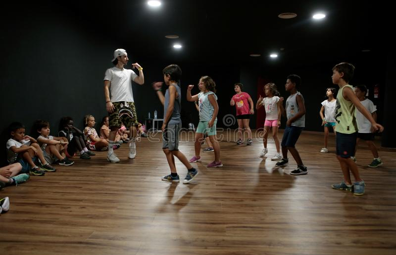 Masterclass da dança do funk para crianças durante atividades do acampamento de verão imagem de stock