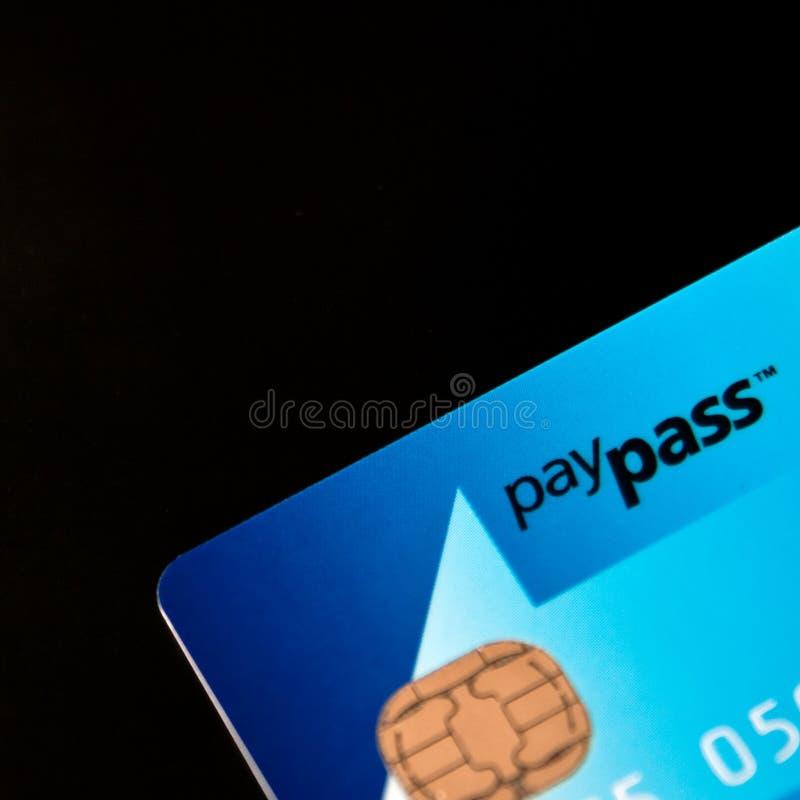 Masterdard PayPass par la carte de crédit image stock