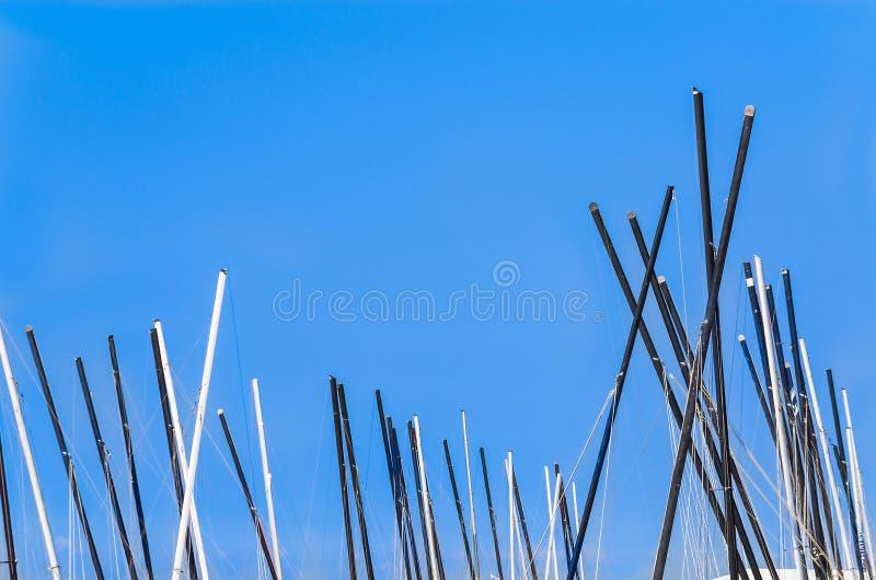 Mastkörbe, Segelboote gegen blauen Himmel lizenzfreie stockbilder