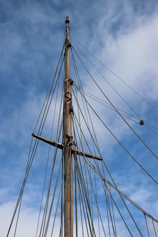 Mastre y cuerdas con cielos azules imagen de archivo