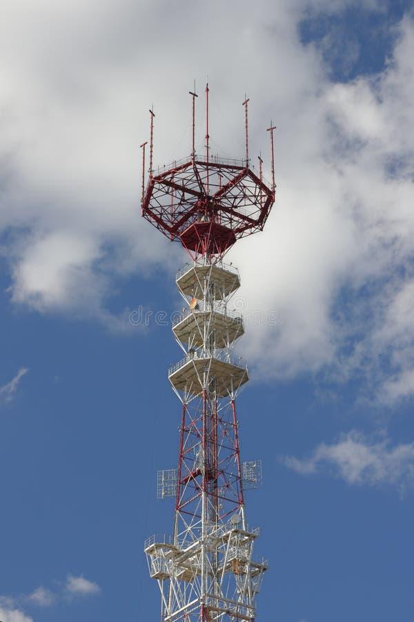 Download Mastro Da Telecomunicação Sobre Um Céu Azul. Imagem de Stock - Imagem de transmissão, bonito: 26516523