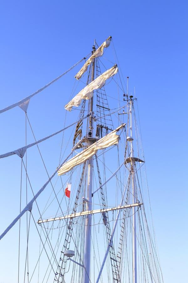 Mastro do navio de navigação contra um céu azul claro foto de stock