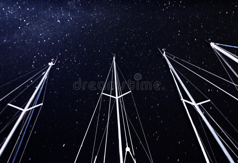 Mastro do veleiro no fundo estrelado do céu foto de stock