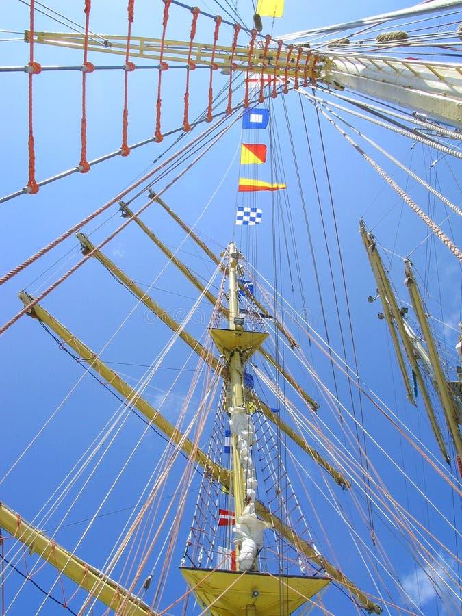 Mastros ascendentes do navio foto de stock