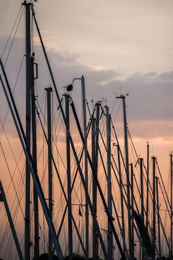 Mastros de navegar iate no fundo do sol de ajuste imagem de stock royalty free