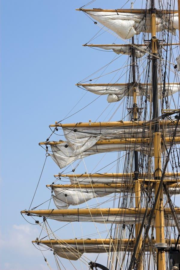 Mastros de navios de navigação altos foto de stock