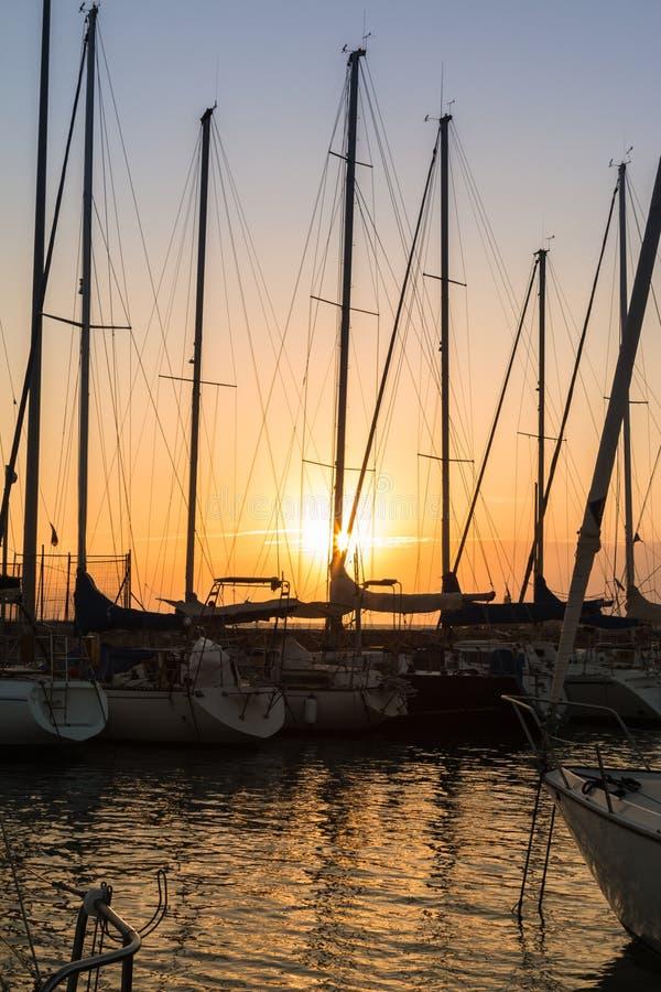 Mastros do ` s do barco de navigação: Beira-mar da doca imagens de stock royalty free