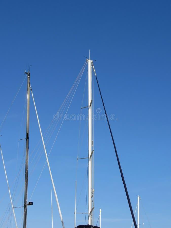 Mastros do veleiro no porto contra um céu azul do verão fotos de stock royalty free