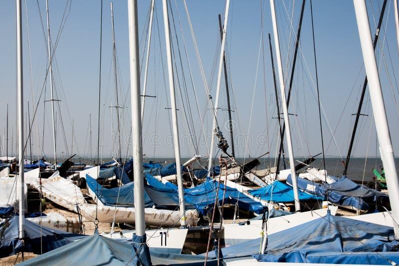 Mastros e céu do barco de navigação imagem de stock royalty free
