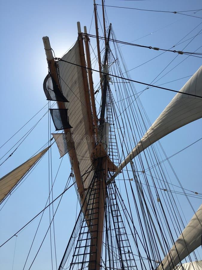 Mastros e velas da fragata fotografia de stock royalty free