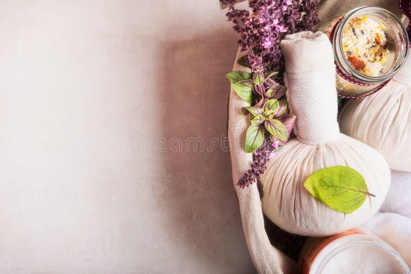Masuje położenie z ziołowymi kompres piłkami, świeżymi ziele, kwiaty i łazienek sole na lekkim tle, odgórny widok zdrowe życie zdjęcie stock