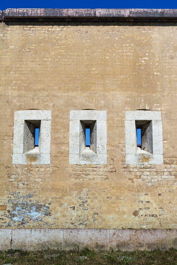 Masywna ściana z armatnimi portami. obrazy stock