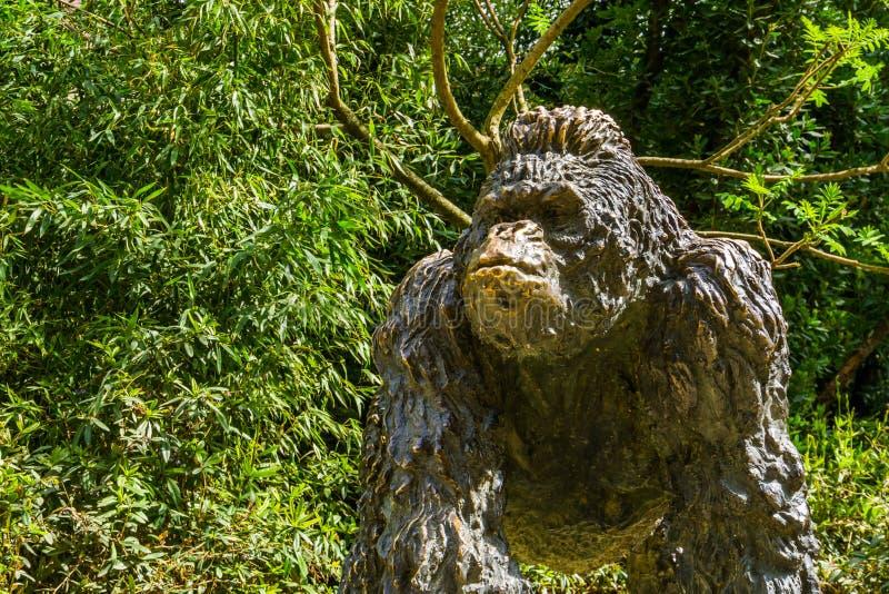 Masywna goryl statua w tropikalnym ogródzie, dekoracyjny zwierzę rzeźbi zdjęcia stock