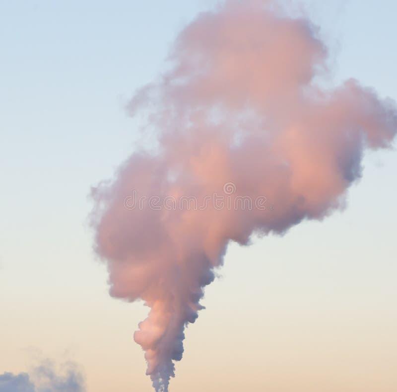 Download Masywna Kolumna Dym W Niebie Obraz Stock - Obraz złożonej z masywny, kolorowy: 57666199