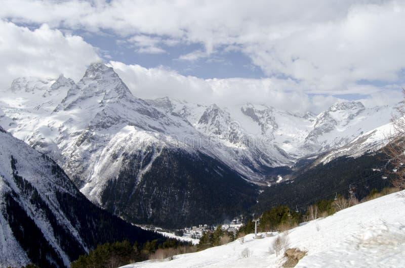 Masywne Kaukaz góry Dolina między górami w Północnym Kaukaz słońce za chmury zdjęcie royalty free