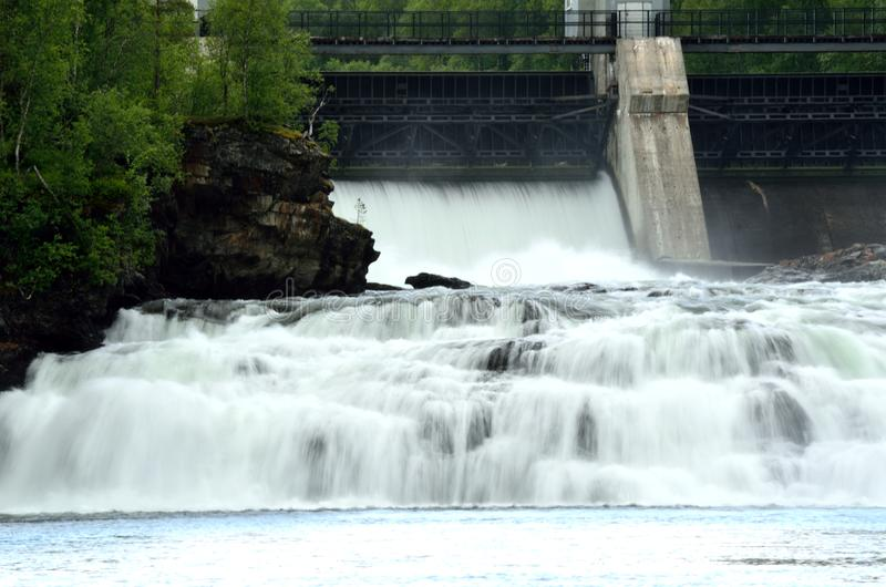 Masywny biały siklawa puszek kołysa gdy wodna elektrownia otwiera betonową przeszkodę zdjęcia stock