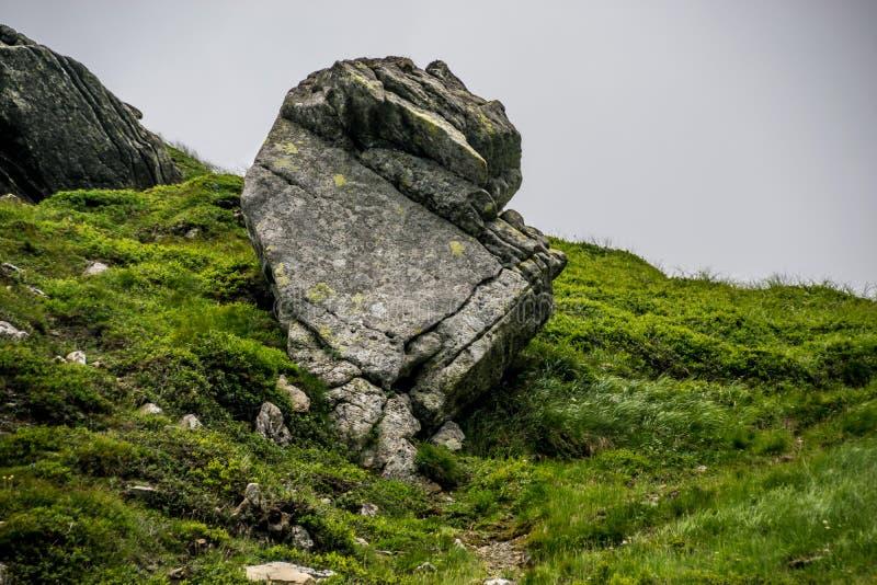 Masywny głaz na zielonym wzgórzu zdjęcie stock
