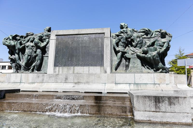 Masywny zabytek z postaciami i fontannami obraz stock