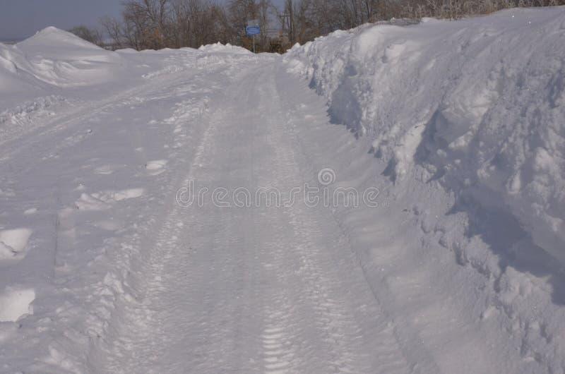 maszerujący Iskrzasty śnieg w ampule dryfuje lying on the beach na poboczu fotografia stock