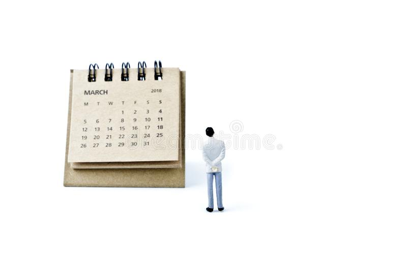 maszerujący Kalendarzowy prześcieradła i miniatury plastikowy mężczyzna na białym backgro obrazy royalty free