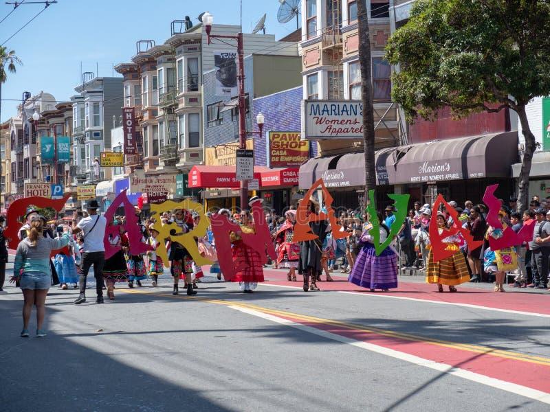 Maszerujący przechodzą przy 40th rocznym Carnaval festiwalem w San Fra zdjęcia stock