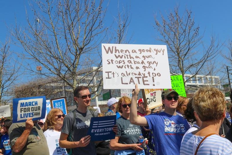 Maszerujący przy Marzec dla życie protesta podtrzymywali znaki przy Marzec dla życie protesta w Tulsa Oklahoma 3 24 2018 fotografia stock