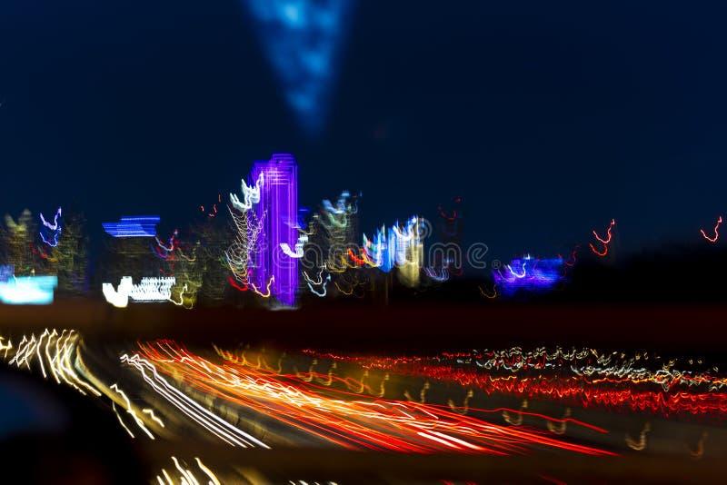 MASZERUJE 5, 2018, DALLAS linię horyzontu TEKSAS i Tom Landry autostradę z pasmowymi światłami na Międzystanowi 30, Noc, prędkość obraz stock