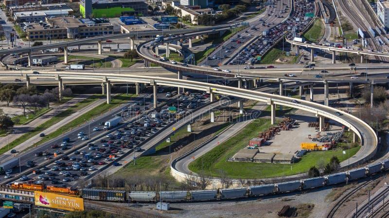 MASZERUJE 5, 2018, DALLAS linię horyzontu TEKSAS, widok Dallas autostrady i ruch drogowy jak widzieć od spotkania Międzystanowy,  fotografia royalty free