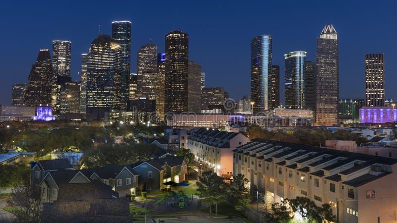 MASZERUJE 7, 2018, HOUSTON, TEKSAS - Wysocy wzrostów budynki w Houston pejzażu miejskim iluminującym przy zmierzchem, Linia horyz zdjęcie royalty free