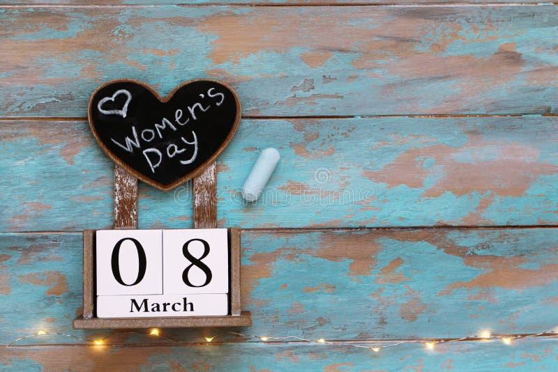 Maszeruje 8 kalendarz z serce kształtującym chalkboard na błękitnym drewnianym tle z girlandy granicą, obraz stock