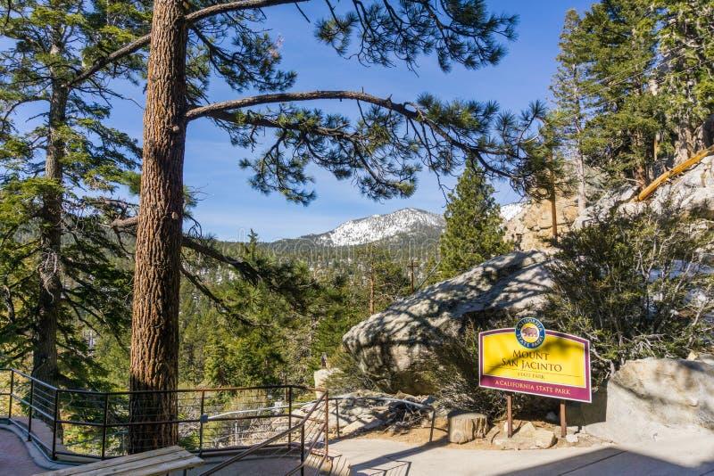 Maszeruje 17,2017 Palmowych Springs/CA/USA - wejście Wspinać się San Jacinto stanu parka; śnieg zakrywać góry w tle obraz stock