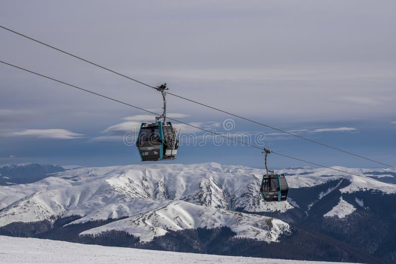 Maszeruje 3rd 2017 Sinaia Rumunia, gondole z narciarkami w kierunku halnego szczytu obraz stock