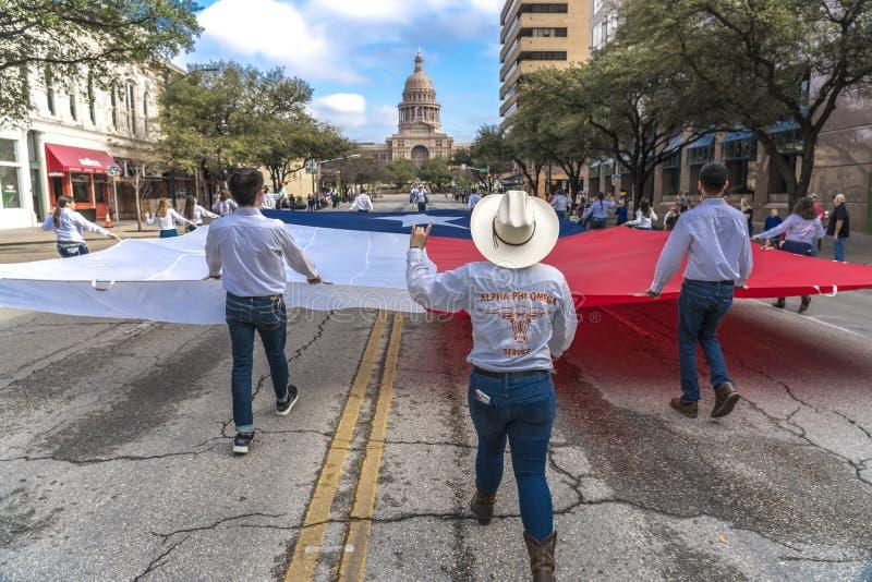 MASZERUJE 3, 2018 uniwersytetów teksańskich uczni niesie Teksas flaga puszka kongresu aleję - AUSTIN TEKSAS - TexasCarryingFlagGu obrazy royalty free