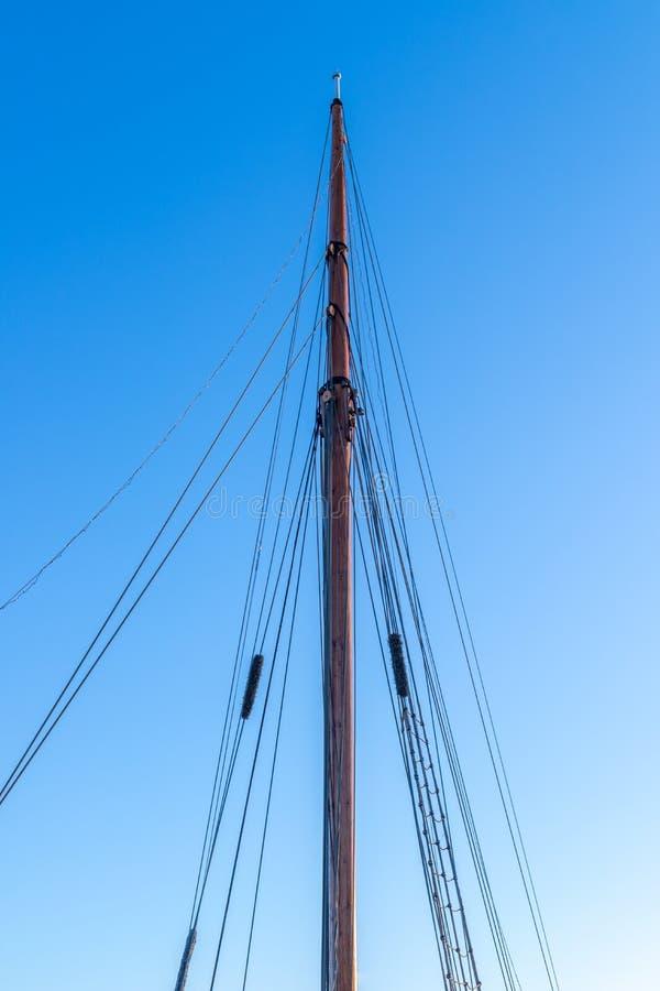 Masztowy żeglowanie jacht w tle niebieskie niebo obraz royalty free