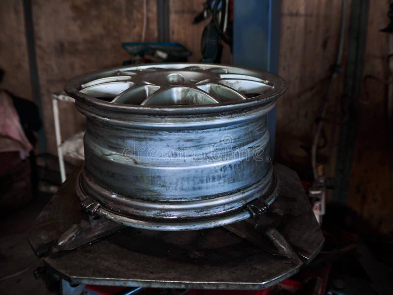 Maszyna dla usuwać gumę od koło dyska Dlaczego usuwać oponę od samochodowego aliażu Toczy obrazy royalty free